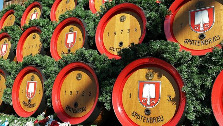 Bierfässer beim Oktoberfest in München. O' zapft is!